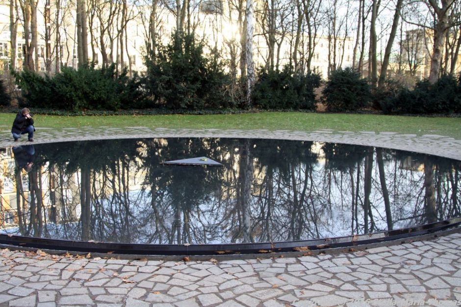 memorial-to-the-sinti-and-roma-berlin-001