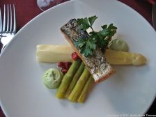 restaurant-piparkakkutalo-asparagus-with-smoked-salmon-007_35012364381_o