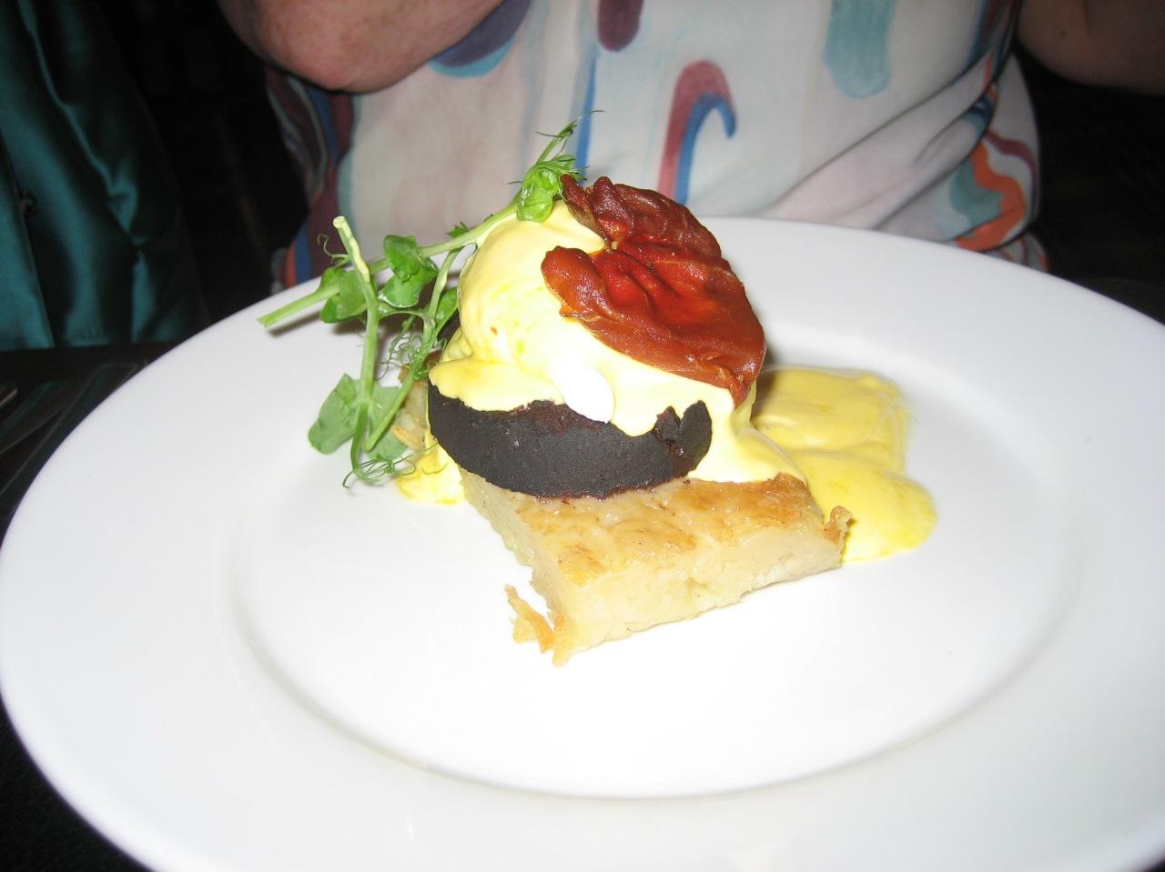 the-countryman-crisp-potato-rosti-black-pudding-poached-egg-with-hollandaise-and-parma-ham-002_36846750992_o